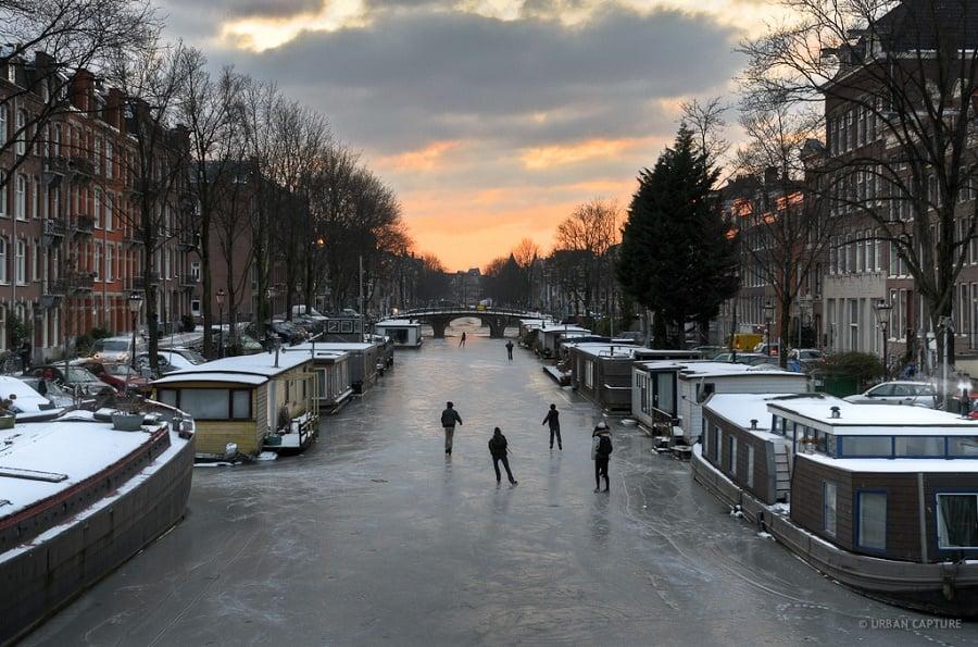 Patinação no gelo durante o inverno em Amsterdã