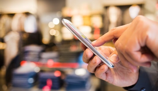 Usando o celular na hora das compras